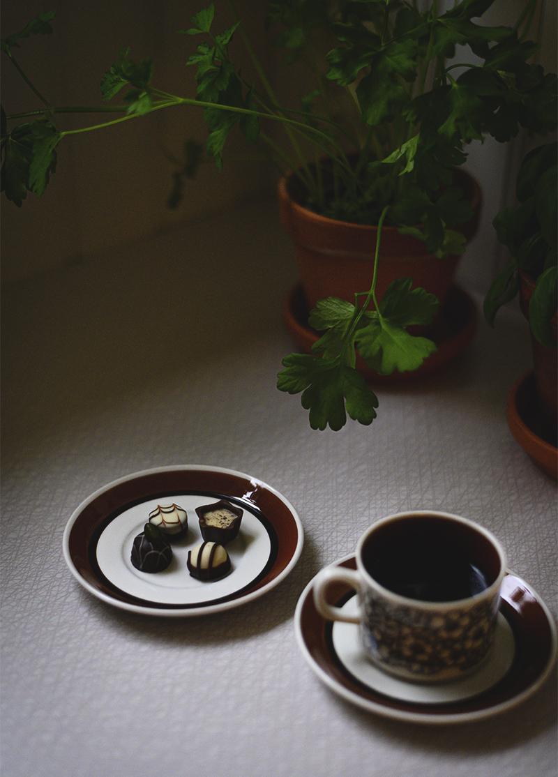 Kaffekopp och små chokladpraliner.