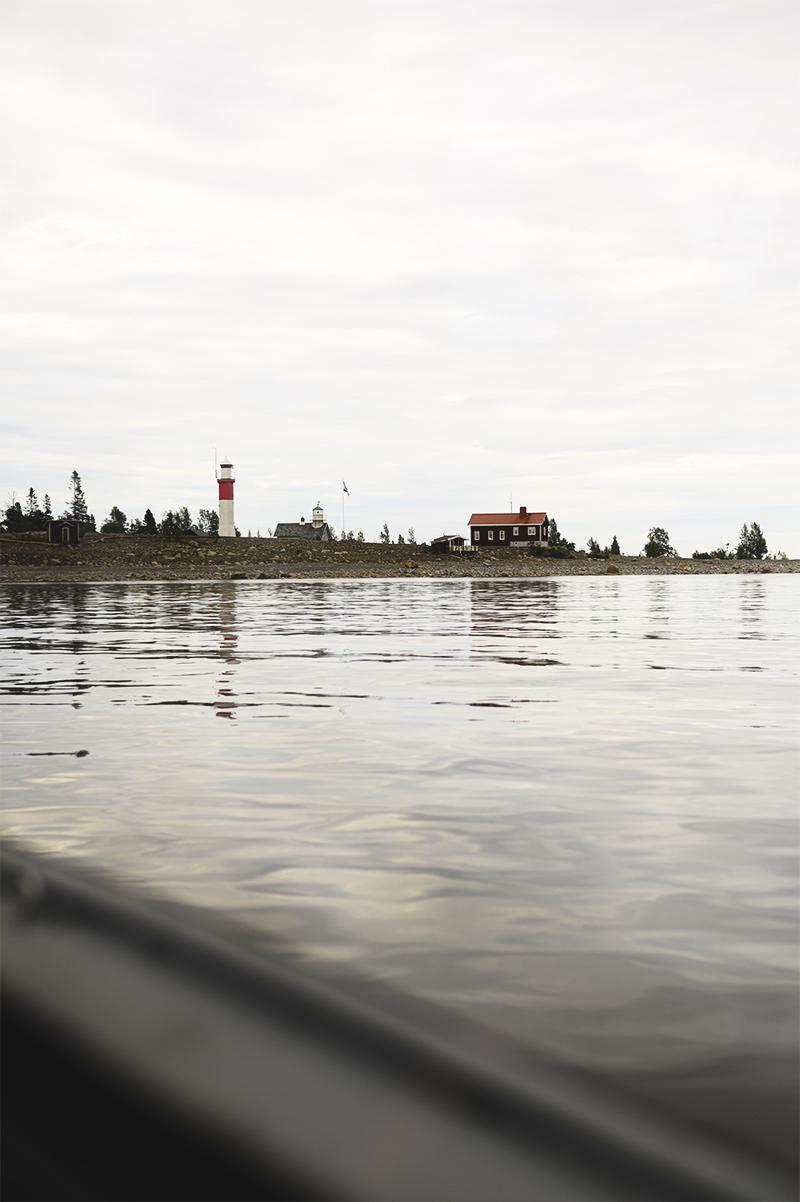 Direkt du närmar dig ön ser du majoriteten av byggnaderna som finns. Det är inte en stor, men väldigt vacker, plats.